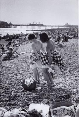 20081203085223-frank-horvat.-playa-de-brighton-1960.jpg