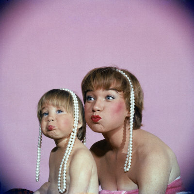 20090512094408-allan-grant-actress-shirley-maclaine-and-daughter-sachi-parker-pouting-with-string-of-pearls-on-their-heads.jpg