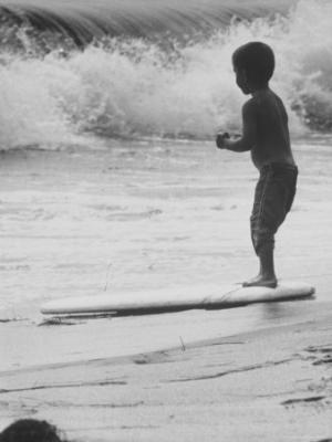 20090825025318-allan-grant-little-boy-standing-on-a-surf-board-staring-at-the-water.jpg