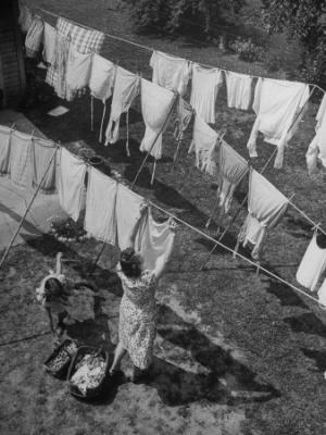 20090916104319-alfred-eisenstaedt-mother-hanging-laundry-outdoors-during-washday.jpg