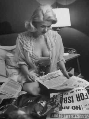20091222091611-peter-stackpole-actress-jane-mansfield-looks-over-newspapers-with-her-pet-chihuahua-dog-in-her-lap.jpg