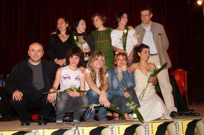 20121120094431-peman-con-luis-alegre-y-las-siete-actrices-aragonesas.jpg