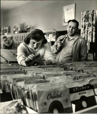 20150111235354-nina-leen-1953.adolescente-discos.jpg