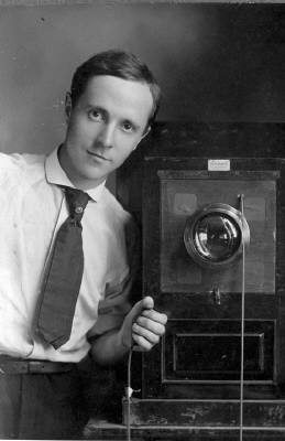 20080402221157-edward-weston-self-portrait-with-box-camera-187-313.jpg