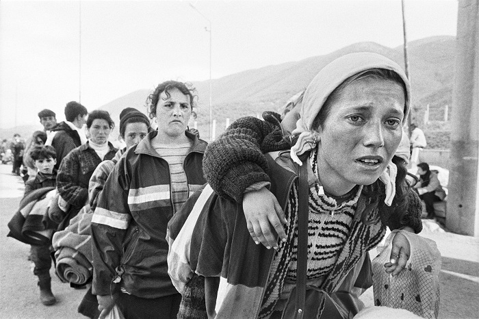 20140926082941-gervasio-sanchez.-mujeres-en-paso-fronterizo.-kosovo.-abril-1999.jpg