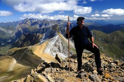 20170325205909-eduardo-vinuales-en-la-cima-del-pico-tendenera-2-853-m-pirineo-aragones-jpg.jpg