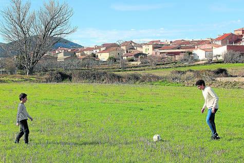 20190106092514-vallejo-con-martin-calvo...-ante-el-pueblo.-2649d4fb.jpg
